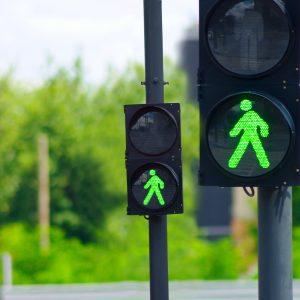 Liikennevaloissa vihreä kävelijähahmo
