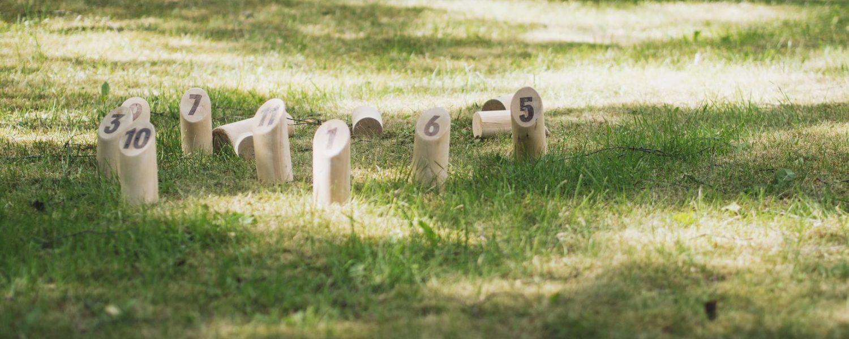 Mölkkypelin palikat vihreällä nurmikolla